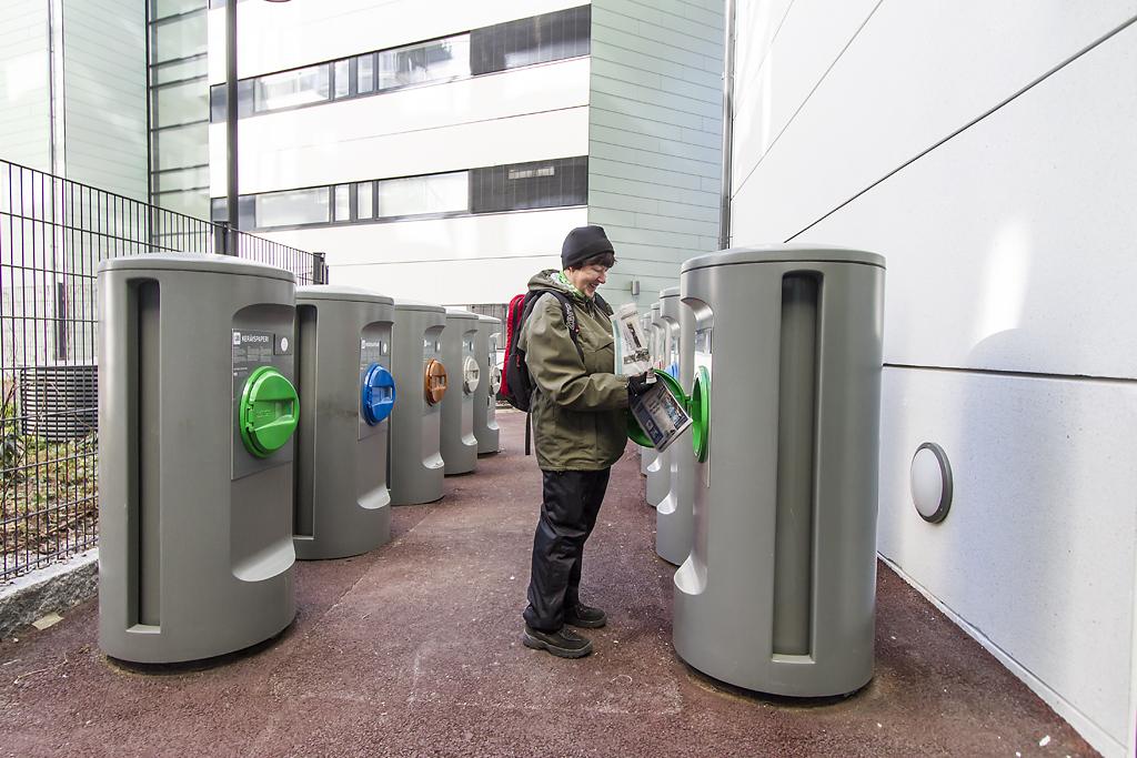 Ei enää roska-autoja. Tarja Vallinheimo pudotti vanhat lehdet paperinkeräykseen Kalasatamassa.  Helsingin uusille asuinalueille on rakennettu näkymätön jätekeräysjärjestelmä, jossa roskapussit kulkevat imuputkistoa pitkin pois kiinteistön nurkista. Järjestelmä on käytössä Kalasatamassa ja Jätkäsaaressa.