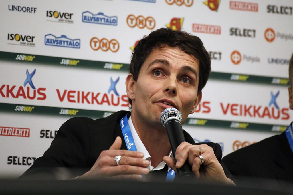 Simo Valakari nosti SJK:n Ykkösestä ja voitti tänä vuonna ensitöikseen Liigacupin (Kuva: Veera Visuri)