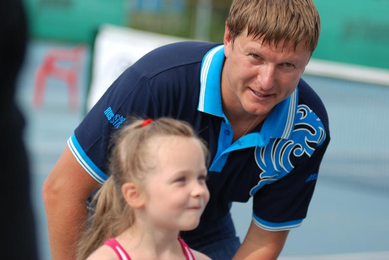 Kafelnikov ehtii yhä myös pelaamaan tennistä. Kuva vuodelta 2011. (dreamstime)