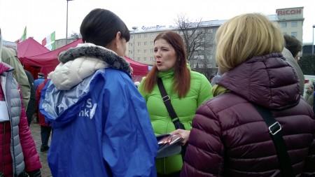 Terhi Koulumies ja muita poliitikkoja Hakaniemen torilla